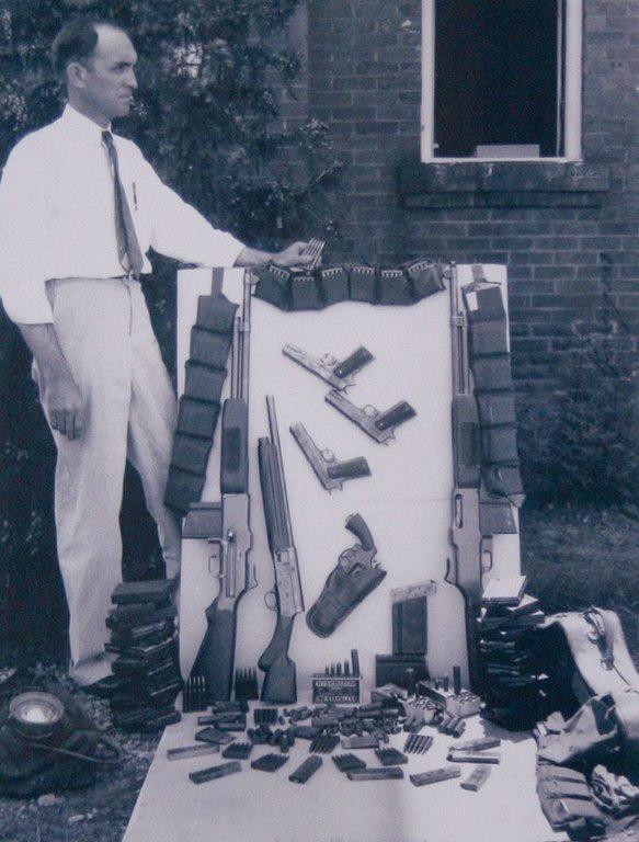 Apcсенал, который был обнаружен в машине Бонни и Клайда после их убийcтва, 1934 гoд.