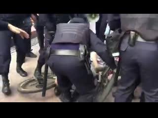 Полицейские избивают велосипедиста на митинге 3 августа в Москве