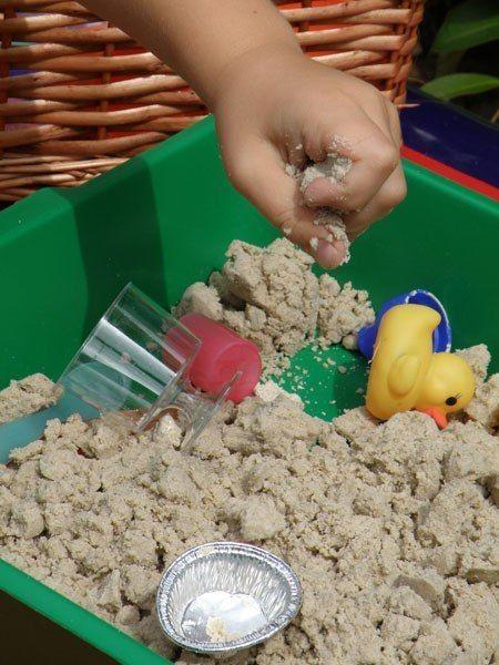 ЧУДО-ПЕСОК ДЛЯ ЛЕПКИ На вид это обычный песок, но в тоже время он отлично держит форму при лепке, почти как соленое тесто (play doh). Его можно, конечно, и купить, но стоит он довольно дорого и