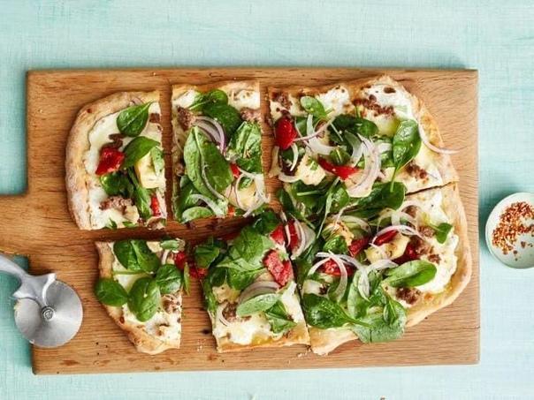 Пицца с колбасой и весенним топпингом из шпината