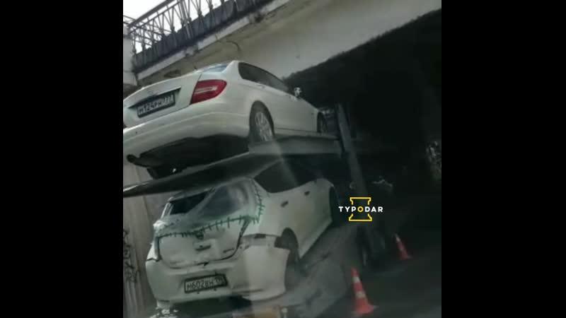 Автовоз застрял под мостом в Краснодаре