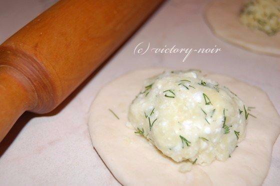 Хичины с сыром и зеленью Ингредиенты:Для теста:3 стакана муки1 стакан кефира1 ч.л. соды1 ч.л. солиПриготовление:Замешиваем тесто. В кефир добавляем соду, потом всё остальное. Хорошо