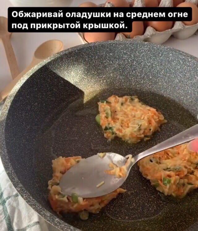 Овощные оладушки с соусом Дзадзики