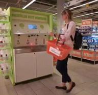 id_36636 Вот так в Швейцарии тестируют заправочные станции для чистящих средств 👍🏻  Как относитесь к такому способу борьбы с загрязнением окружающей среды пластиком?  #gif@bon