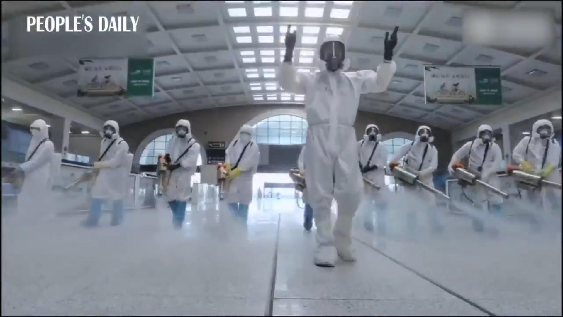Последняя дезинфекция железнодорожного вокзала г.Ухань от коронавируса перед открытием после 58 дней блокирования