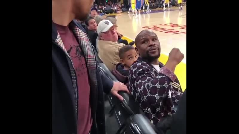 When Manny Pacquiao ran into Mayweather courtside 😬