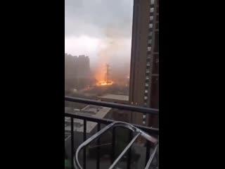 В китайском городе Шэньян молния попала в линию электропередач