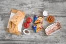 Большой сырный сэндвич с томатным песто и жареным беконом