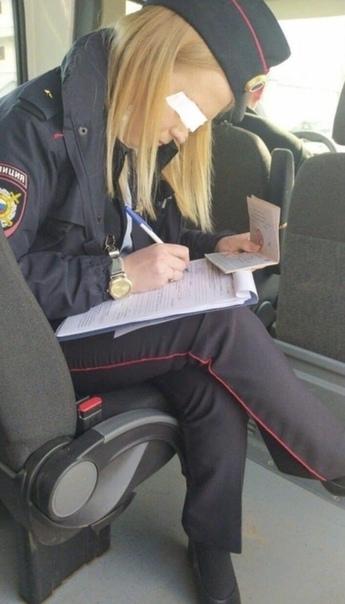 В Казани сотрудница МВД без перчаток и защитной маски составила на местного жителя протокол за то, что тот был без маски и