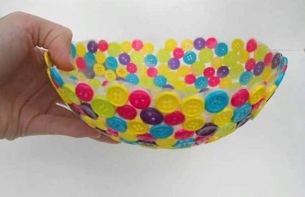 Делали папье-маше на шарике)Для работы нам понадобятся: Пуговицы разных размеров и цветовКлейВоздушный шарикБанка или нижняя часть пластиковой бутылкиНадумаем воздушный шарик. Размер шара