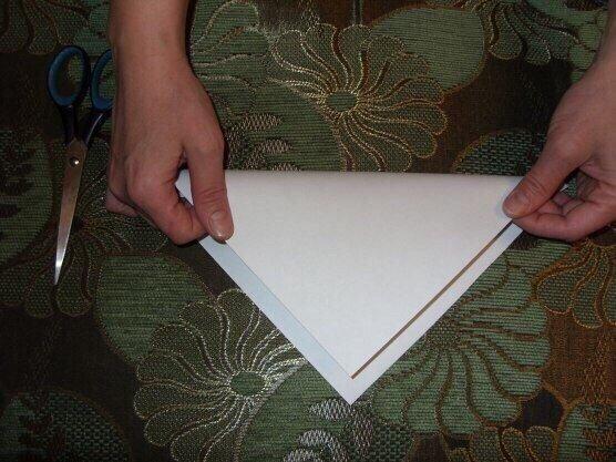Как сделать пушистую снежинку. Вырезаем квадрат из листа бумаги. Сгибаем его по диагонали.Затем сгибаем получившийся треугольник пополам.Сгибаем ещё раз пополам. Такую заготовку делали для