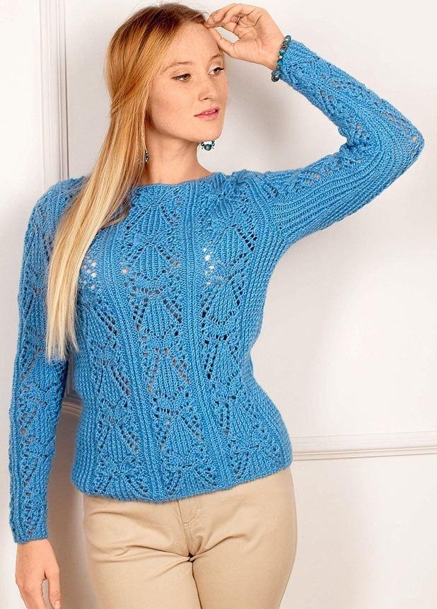 Красивый голубой пуловер с ажурным узором