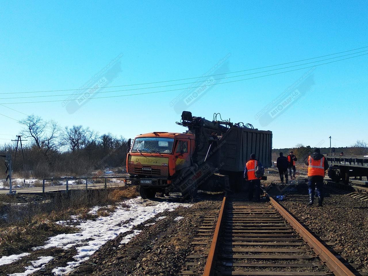 В Курской области КАМАЗ на переезде въехал под поезд