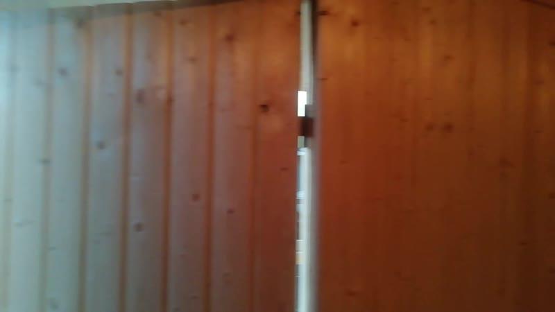 Обзор закругленной бытовки с террасой перегородок и двумя окнами Смонтирована электропроводуа в цвет дерева