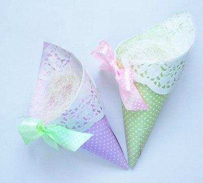 Кулeчки к 8 марта Для работы понадобится бумага для скрапбукинга и бумажные ажурные сaлфетки.