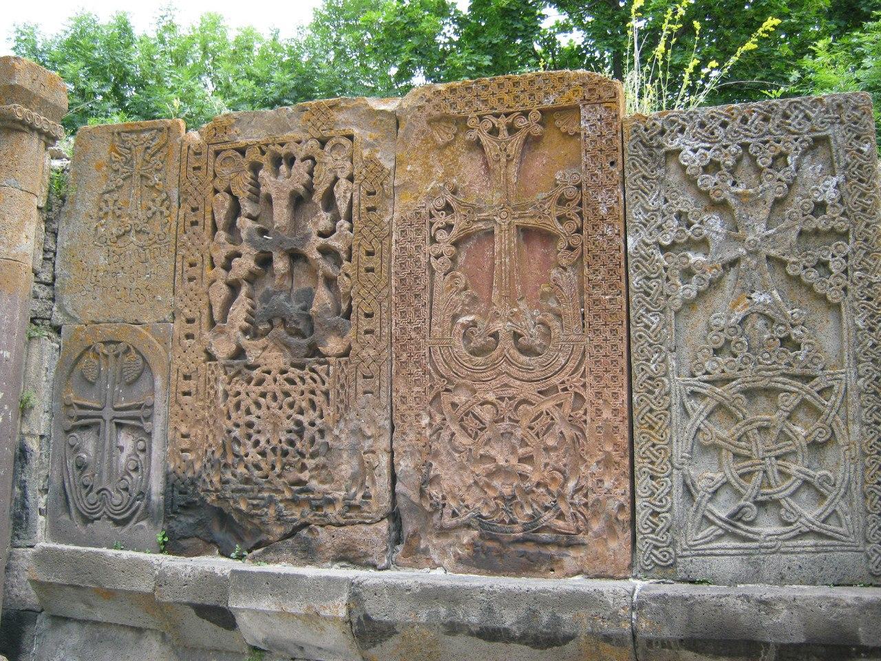 Старые красивые хачкары монастыря Кечарис.